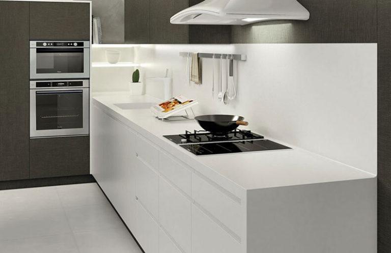 Detalle cocina moderna madera y metal blancos