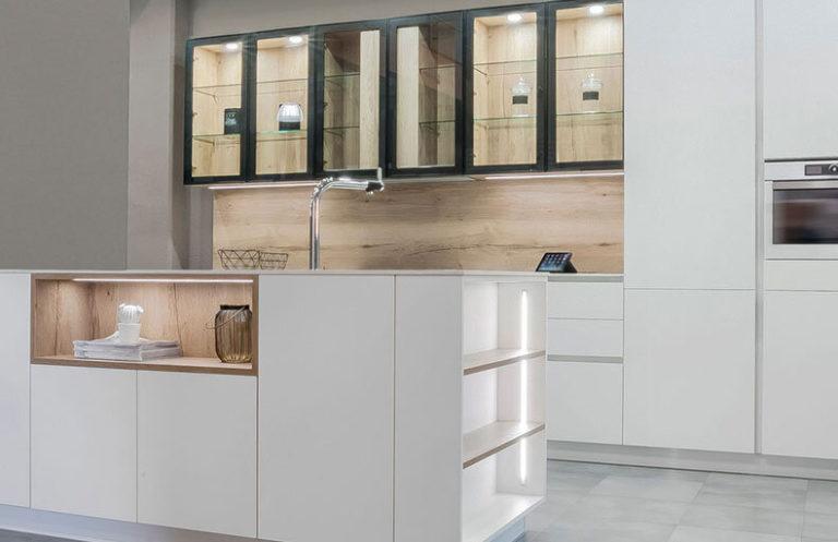 Cocina moderna blanca y metal